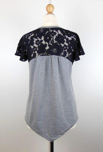 t-shirt-gris-dentelle-bleue
