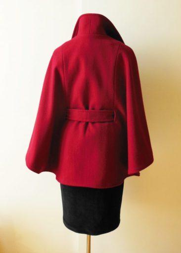 Cape en lainage rouge avec ceinture et col