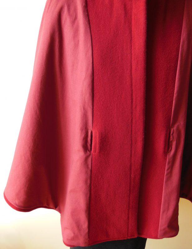 Doublure de la cape en lainage rouge avec ceinture et col