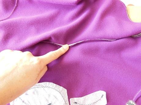 La couture d'encolure est stabilisée grâce au ruban extra-fort