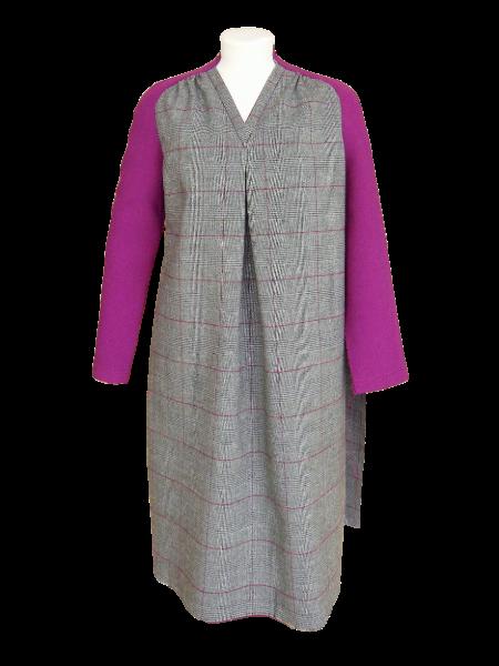 Couture des côtés de la robe et des manches.
